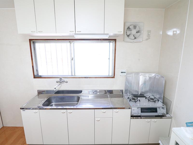 キッチンリフォーム 限られた予算でもお掃除しやすく明るいキッチンに